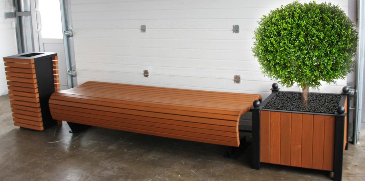 Комплект вуличних меблів включає в себе лавку, урну, велостоянку